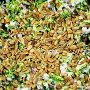 Салат из брокколи с изюмом и семечками - фото шаг 12