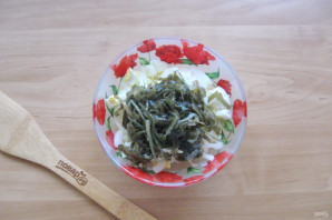 Салат с морской капустой и горбушей - фото шаг 5