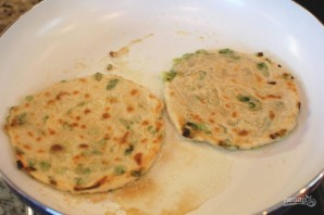 Лепешки на сковороде с зеленым луком - фото шаг 10