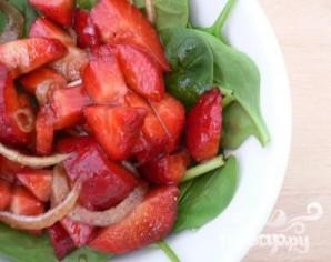 Салат из шпината и клубники - фото шаг 1