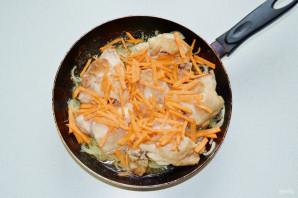 Курица тушеная с морковью и луком - фото шаг 4