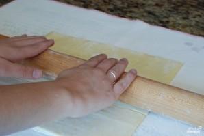 Пирог из слоеного теста с помидорами и базиликом - фото шаг 1