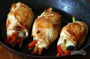 Куриные рулетики с овощами - фото шаг 8