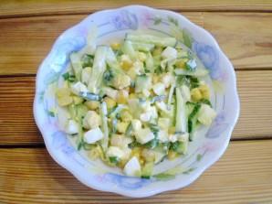 Салат с огурцом и кукурузой - фото шаг 7