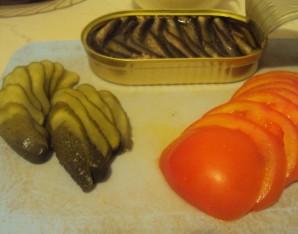 Бутерброды со шпротами и помидорами - фото шаг 3