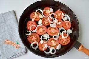 Яичница с помидорами и базиликом - фото шаг 2
