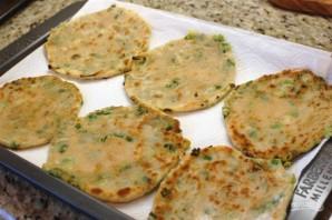 Лепешки на сковороде с зеленым луком - фото шаг 11