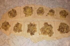 Пирожки из слоеного теста с грибами и картошкой - фото шаг 9