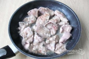 Печень, тушенная с грибами - фото шаг 4
