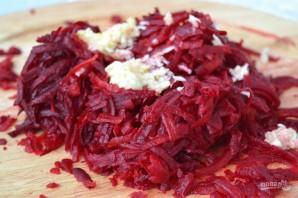Салат из отварной свеклы и чеснока - фото шаг 5
