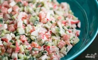 Крабовый салат с помидорами и огурцами - фото шаг 5