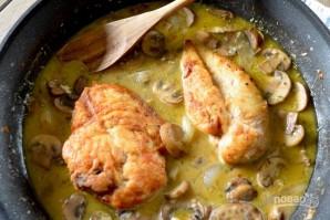 Жареная куриная грудка в грибном соусе - фото шаг 4