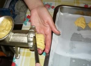 Печенье хризантема через мясорубку - фото шаг 4