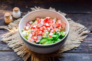 Салат с крабовыми палочками, кукурузой, огурцом и капустой - фото шаг 5