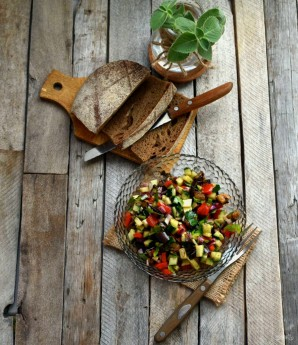 Салат из овощей-гриль со свежим огурцом - фото шаг 6