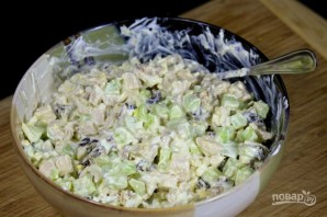 Рецепт салата из курицы с черносливом - фото шаг 8