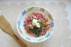 Салат с копченой колбасой, кукурузой и морковью - фото шаг 7