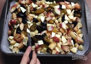 Шарлотка с яблоками и сливами - фото шаг 12