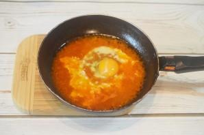 Жареные яйца в томатном соусе с тостами - фото шаг 5
