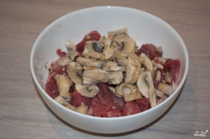 Мясо с грибами и сыром в духовке - фото шаг 2