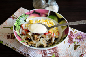 Салат с крабовыми палочками и жареными грибами - фото шаг 7
