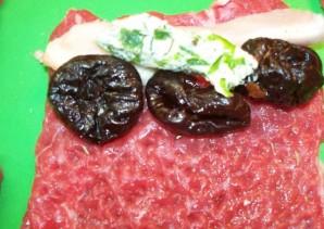 Рулетики из говядины с черносливом - фото шаг 3