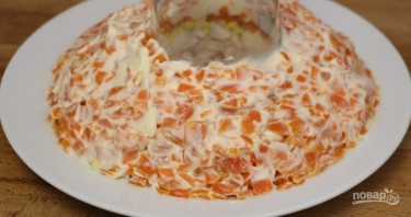 Слоеный салат с курицей и киви - фото шаг 5