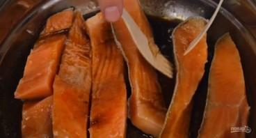 Красная рыба под сметанно-сырным соусом - фото шаг 1