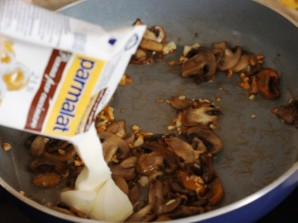 Паста с шампиньонами в сливочном соусе - фото шаг 3