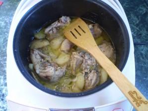Тушеная курица с картошкой в мультиварке - фото шаг 9