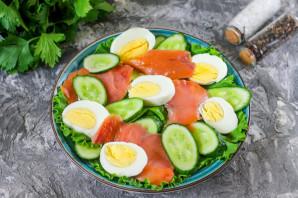 Салат с горбушей, огурцом и яйцом - фото шаг 4