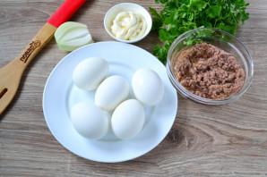 Яйца, фаршированные рыбными консервами - фото шаг 1