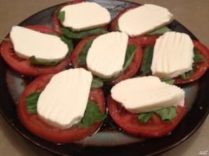 Моцарелла с помидорами и базиликом  - фото шаг 3