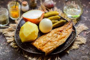 Салат из копченой рыбы с луком - фото шаг 1