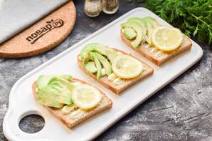 Бутерброды с авокадо и селедкой - фото шаг 4