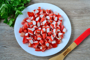 Салат с помидорами, крабовыми палочками, сыром и чесноком - фото шаг 4