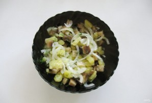Салат с солеными баклажанами и картофелем - фото шаг 7
