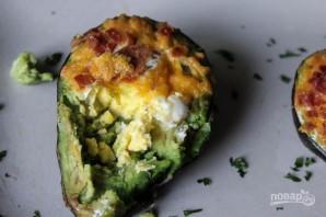 Яйцо, запеченное в авокадо - фото шаг 8