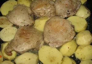 Бедра куриные в духовке с картошкой - фото шаг 1