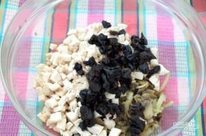 Салат с курицей, черносливом и грибами - фото шаг 3