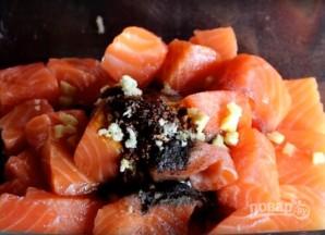 Шашлык из семги на мангале - фото шаг 5