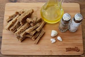Сухарики с чесноком на сковороде - фото шаг 1