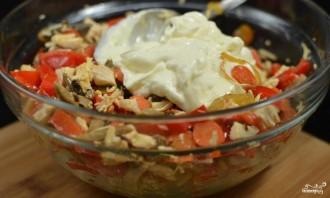 Салат с курицей и маринованными грибами - фото шаг 6