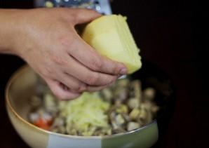 Простой салат с маринованными грибами - фото шаг 3