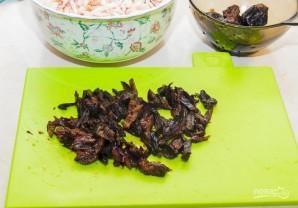 Салат из чернослива с курицей - фото шаг 2