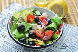 Салат с авокадо и маслинами