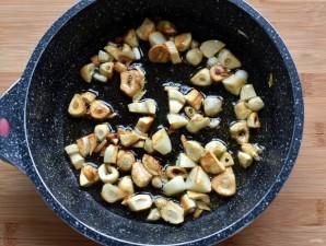Французский чесночный суп с сырными гренками - фото шаг 1