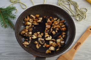 Слоеный салат «Мышка» с грибами и сыром - фото шаг 4