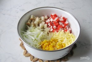 Салат с крабовыми палочками и сухариками - фото шаг 4