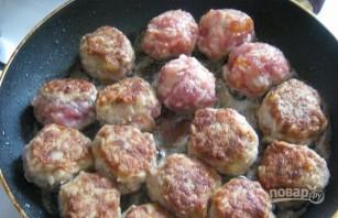 Тефтели под соусом на сковороде - фото шаг 5